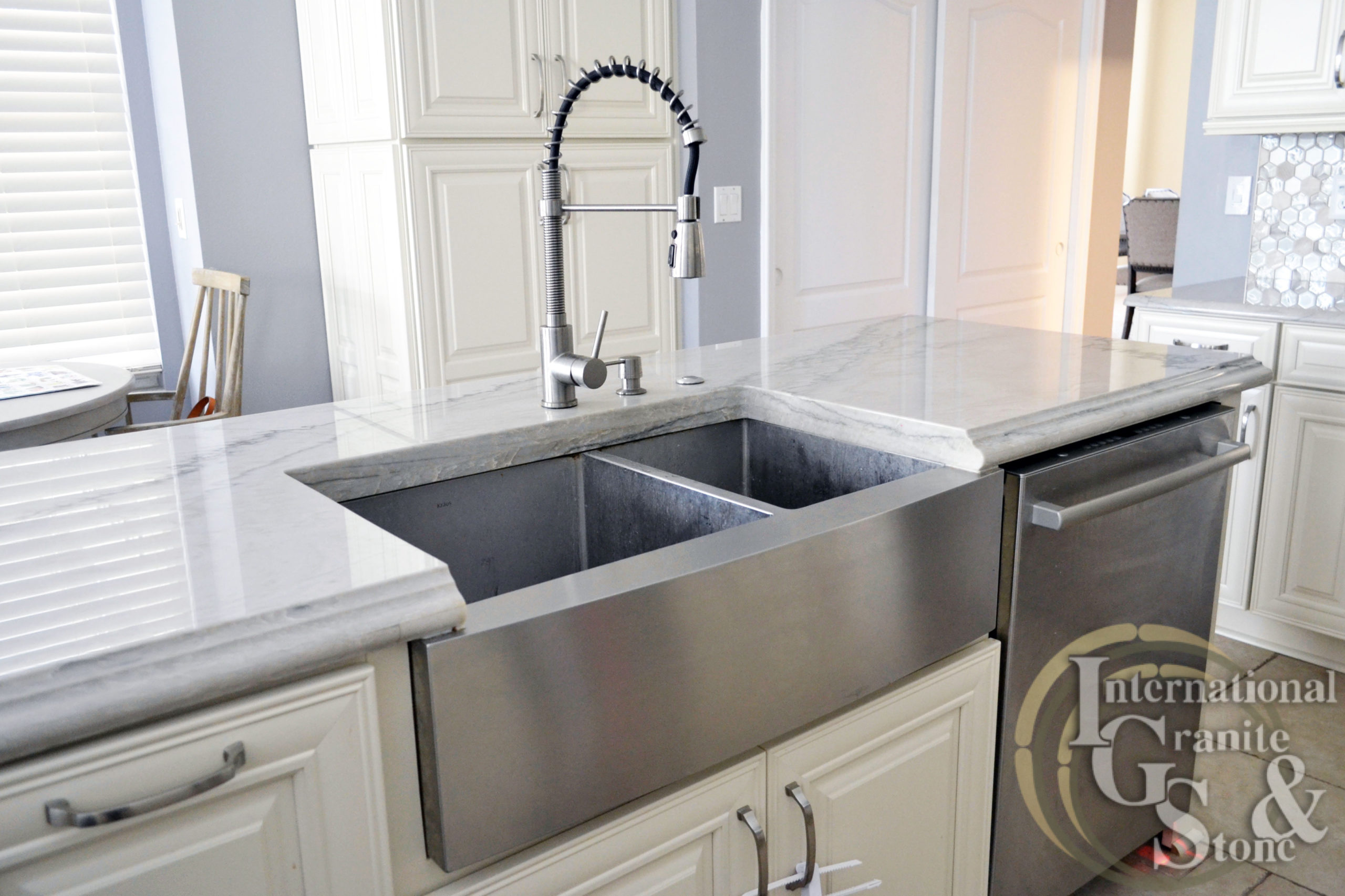 Stainless Steel Apron Front Kitchen Sink with Quartzite
